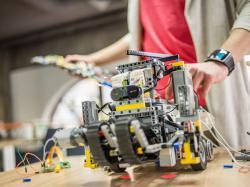 Український школяр створив робота-поводиря для сліпих